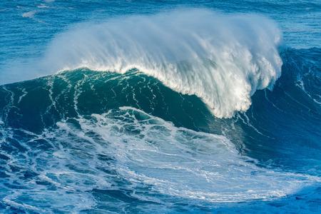 Eine riesige Welle, die Nazare, Portugal einläuft. Standard-Bild - 69861575
