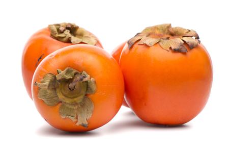 Persimmon vruchten op een witte achtergrond.