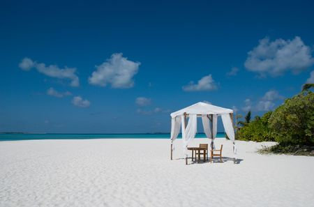 Tent on a sand beach in Maldives Imagens