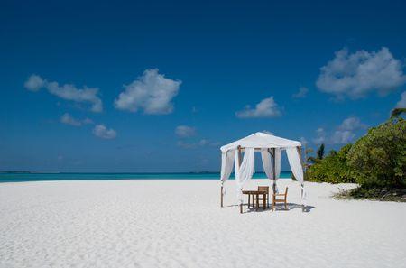 Tienda de campaña en una playa de arena en Maldivas