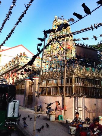 провода: Индийский храм в Янгоне Мьянма
