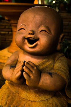 ni�os actuando: Chiang Mai Tailandia, agosto de 29 a 2015: una de arcilla staue los ni�os en la actuaci�n simb�lica en la creencia budismo.