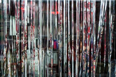 メタリック キラキラ キャバレー カーテン、スタイリッシュなショップの背景を表示します。