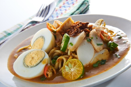 Malaysia favorite spicy noodle mee rebus with fish cake egg Imagens