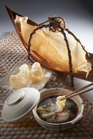 maw: Fish maw soup table set with clay pot and raw material