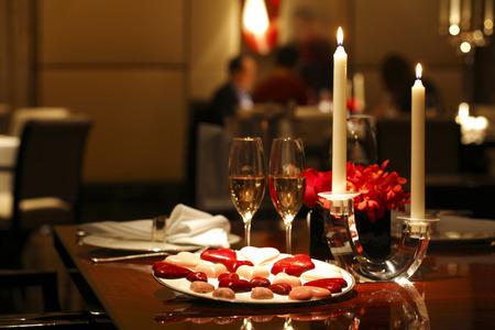 チョコレート、キャンドルとワインでロマンチックなテーブルセッティング