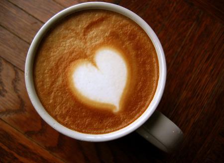 espreso: Heart latte art coffee on wooden background