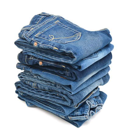 Pile de jeans bleu sur fond blanc Banque d'images - 98463388
