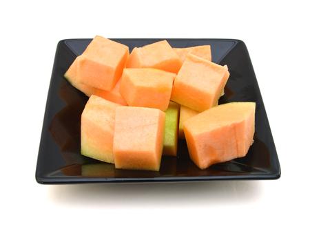 Melon frais sur plaque isolé sur blanc Banque d'images - 98463446