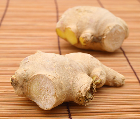 Racine de gingembre sur le tapis en bambou Banque d'images - 98463451