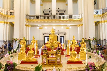 obudził: Budda w głównym ołtarzu w świątyni, Tajlandia