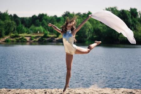 tänzerin: Junge hübsche Mädchen tanzen im Freien Lizenzfreie Bilder