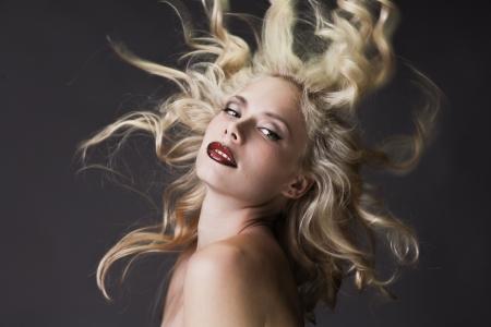 niña desnuda: Retrato de la moda hermosa rubia sobre fondo oscuro