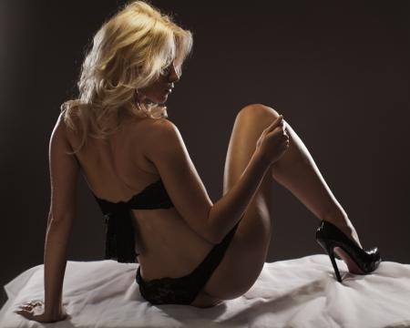 femme nue: Jeune femme sexy en lingerie de dentelle Banque d'images