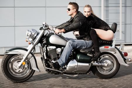 sexy girl sitting: Bikers coppia in sella a moto Girato in moto Archivio Fotografico