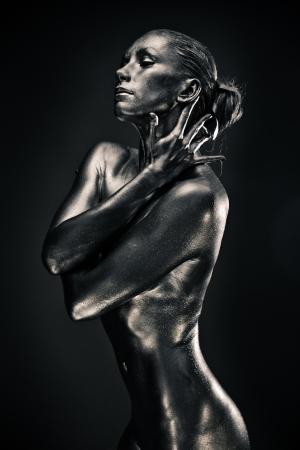 femmes nues sexy: Femme nue comme statue en m�tal liquide posant