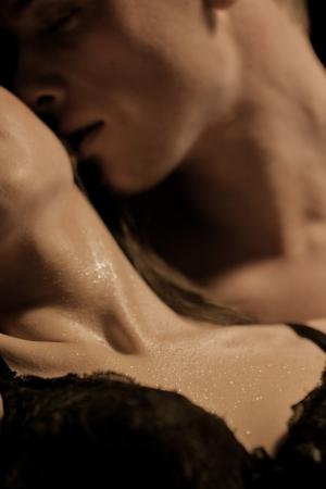 열정: 필드의 얕은 깊이 서로를 즐기고 이성애 커플 스톡 사진