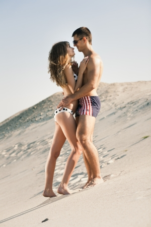 Attractive jeune couple h�t�rosexuel sur la plage photo