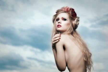 girls naked: Искусство моды портрет молодой блондинки с цветами в волосах на небо
