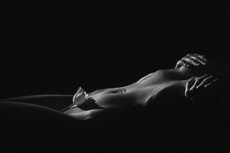 ni�a desnuda: Hermoso cuerpo de mujer joven, aislado en negro. Blanco y negro