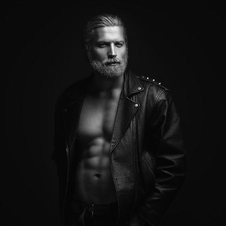 musculoso: Retrato artístico del hombre de pelo gris sobre fondo negro Foto de archivo