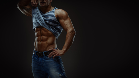 fitness hombres: Retrato art�stico del hombre muscular hermoso joven