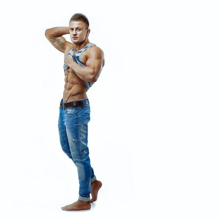 modelos posando: Retrato artístico del hombre muscular hermoso joven