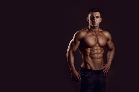 modelos desnudas: hombre musculoso sin camisa en jeans joven atlético