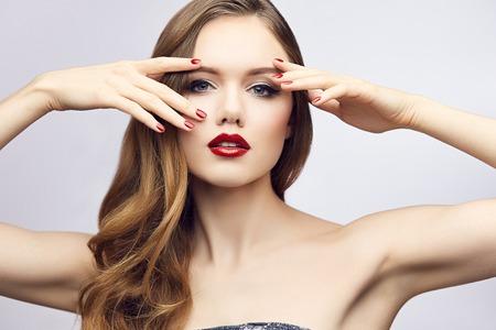 tiefe: Fashion Portrait der wunderschönen blonden jungen Frau mit roten Lippen und Nägel. Geringe Schärfentiefe