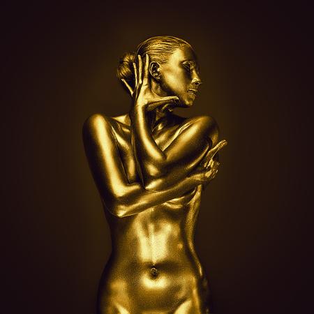 Gouden naakte vrouwelijke vrouw zoals standbeeld het stellen op donkere achtergrond