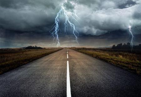 Vooraanzicht tijdens het rijden op de snelweg. Onder zware regen en onweer.