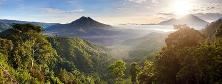 バトゥール火山、インドネシア ・ バリ島キンタマーニ高原から日の出アグン山のパノラマ ビュー