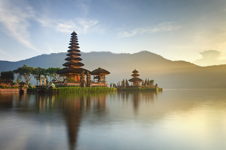 Pura Ulun Danu tempel panorama bij zonsopgang op een meer Bratan, Bali, Indonesië