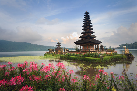Pura Ulun Danu temple with pink flowers on a lake Bratan, Bali, Indonesia 版權商用圖片