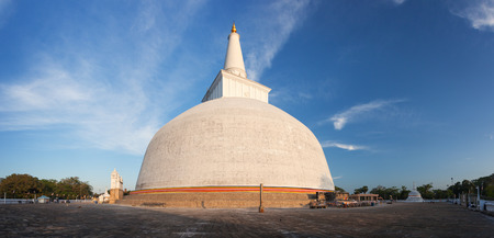 dagoba: Panorama of Mahatupa or Ruwanweliseya big Dagoba in Anuradhapura, Sri Lanka, Asia Stock Photo