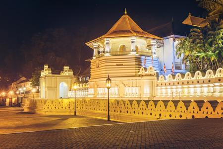 Nacht oog van de Tempel van de Tand van Boedha met verlichting. Kandy, Sri Lanka, Azië.