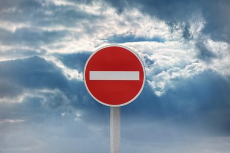 prohibido: La señal de tráfico, entrada prohibida, contra el cielo dramático