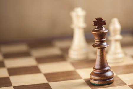jugando ajedrez: Piezas de ajedrez y tablero de juego de fondo (DOF superficial)