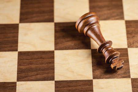 ajedrez: Piezas de ajedrez y tablero de juego de fondo (DOF superficial)