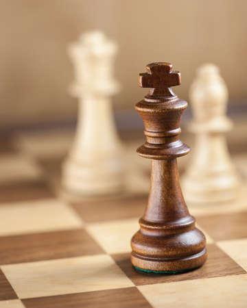 king: Piezas de ajedrez en el tablero de juego foco de fondo en el DOF el rey