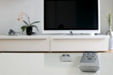 zwei Fernbedienungen auf weißem Tisch für Heimkino und Unterhaltung Standard-Bild