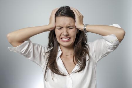 vrouw met hoofdpijn en negatieve gezichtsuitdrukking Stockfoto