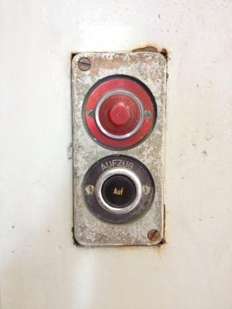 batiment industriel: Boutons d'ascenseur d'un b�timent industriel