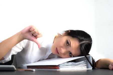 Depressief zaken geven duimen naar beneden om aan te tonen dat een zakelijke onderneming het ongelijk is gesteld en een mislukking liggen gebogen over een kantoor bindmiddel bij depressie