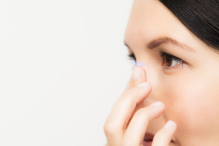 그녀의 눈에서 일회용 플라스틱 콘택트 렌즈를 배치에 대한 여성 스톡 콘텐츠