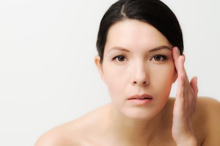 Portret van een sexy brunette blanke jonge vrouw in de spiegel kijken Stockfoto