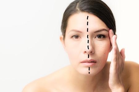 그녀의 얼굴을 가진 여자는 주름의 모양을 한 아름다운 젊은 절반과 다른 보여주는 세포 catabiosis 노화의 효과를 보여주기 위해 센터를 분할