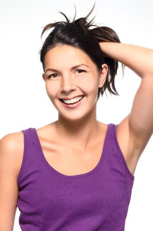 zerzaust: Lachen lebhafte nat�rliche Frau mit ihrer Hand zu ihrem zerzausten braunen Haaren l�chelnd freudig in die Kamera, Oberk�rper Portr�t auf wei� Lizenzfreie Bilder