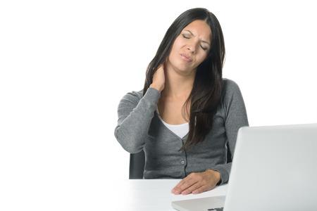 찡그린 얼굴로 그녀의 목을 문지르고 그녀의 노트북에 앉아 매력적인 젊은 사업가 너무 오래 컴퓨터에 앉아 후 강성을 완화