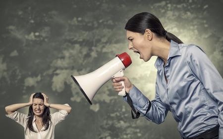 dictatorial: Concettuale Giant Ufficio donna con megafono gridare a Donna sollecitata sfondo astratto.